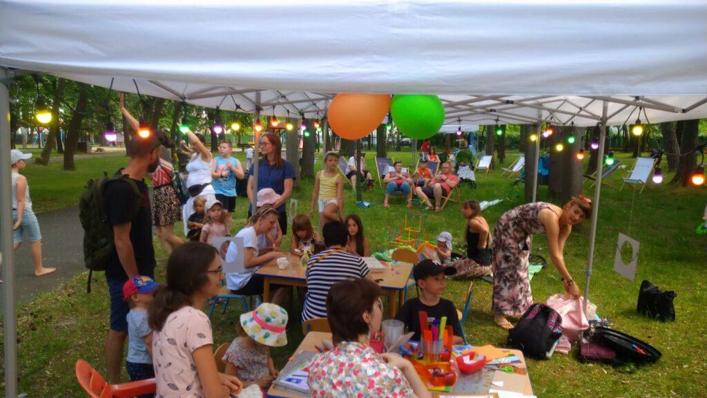 Zdjęcie z Fiesty Rodzinnej w MDK Bielany. Na fotografii namiot z uczestnikami Fiesty.