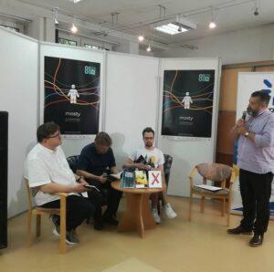 Zdjęcie z 8. Festiwalu Dużego Formatu, który odbył się 22.08.2021 w MDK Bielany. Na fotografii mężczyźni prezentują książki